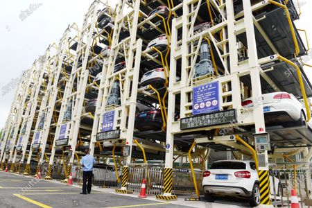 """Would you like to experience a movie-movie scene by simply parking downstairs? A few days ago, Enshi Tujia and Miao Autonomous Prefecture in Hubei Province, the first vertical circulation three-dimensional parking building has been officially put into use! Located in Enshi Natural Resources and Planning Bureau of Hubei Province, the parking building covers an area of 280 square meters, with an average parking space of 3.3 square meters per parking space. There are 84 parking Spaces on 7 floors and 12.5 square meters for traditional parking Spaces on the ground.  How do cars fly in this vertical circulation parking structure? As long as the driver drives the car to the entrance of the parking garage, the camera recognizes and records the license plate and automatically opens the door. After the driver drives the car to the loading dock, he/she pulls on the handbrake, turns off the engine, gets off the car and leaves the parking garage through the side door. The system then randomly stops the car anywhere between the first and seventh floors. When taking the car, click """"take the car"""", the system will automatically move the car to the ground floor, and open the garage door, you can drive the car to leave.  This year, Enshi city in Hubei province to promote vertical circulation three-dimensional parking buildings, to """"day"""" to the parking space, expand urban space, solve the urban parking problem. It is reported that vertical circulation three-dimensional building has a small floor area, access to high efficiency, equipment easy to operate and maintain the advantages, the capacity of the car increased several times, greatly saving the land use area."""