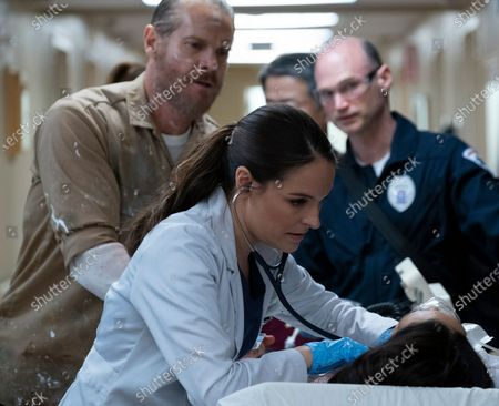 Brian Van Holt as Detective Cade Ward and Yara Martinez as Dr. Paula Reyes