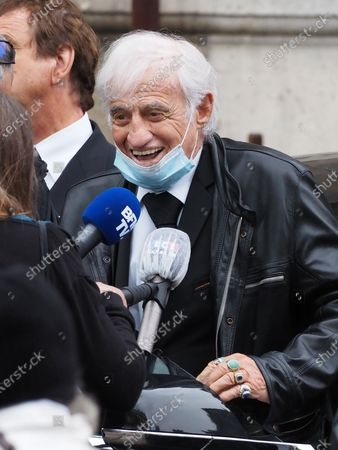 Jean-Paul Belmondo. The funeral of comedian and humorist Guy Bedos who died on May 28 at the age of 85 took place this Thursday June 4 at the Saint-Germain-des-Pres church in Paris. Many personalities came to support his family.
