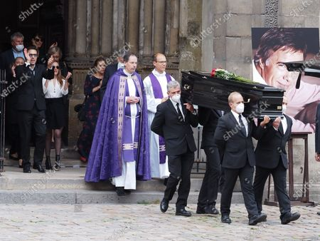 The funeral of comedian and humorist Guy Bedos who died on May 28 at the age of 85 took place this Thursday June 4 at the Saint-Germain-des-Pres church in Paris. Many personalities came to support his family.