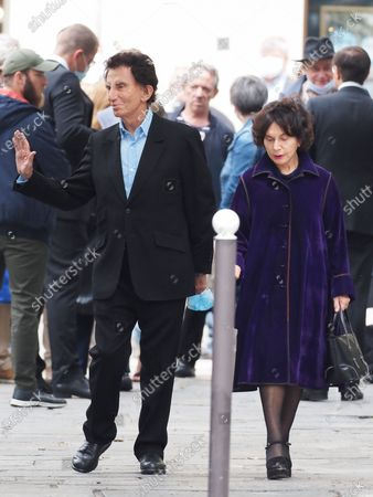 Jack Lang and Monique Buczynski. The funeral of comedian and humorist Guy Bedos who died on May 28 at the age of 85 took place this Thursday June 4 at the Saint-Germain-des-Pres church in Paris. Many personalities came to support his family.