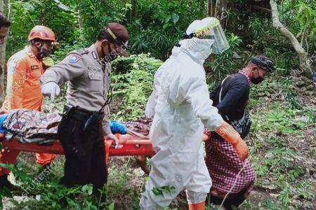 Fotografía proporcionada por la Agencia Nacional de Búsqueda y Rescate de Indonesia (BASARNAS) de rescatistas cargando en una camilla al ucraniano Roberts Jacob Matthews en Pecatu, Bali, Indonesia, el 6 de junio de 2020