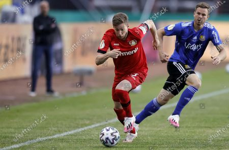 Leverkusen's Mitchell Weiser (L) in action during the German DFB Cup semifinal soccer match between FC Saarbruecken and Bayer 04 Leverkusen in Voelklingen, Germany, 09 June 2020.