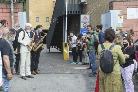 His closest colleagues to pay him a musical tribute, his parents and family and many friends and acquaintances. Funeral in Rome of the jazz sax musician, Carlo Conti who died at 41 at the Institute of Legal Medicine.