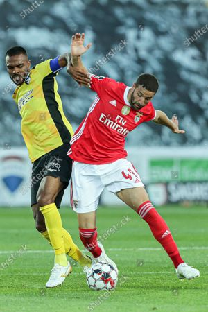 Portimonense's Dener  (L) in action against Benfica's Adel Taarabt (R) during the Portuguese First League soccer match between SC Portimonense and Benfica Lisbon in Portimao, Portugal, 10 June 2020.
