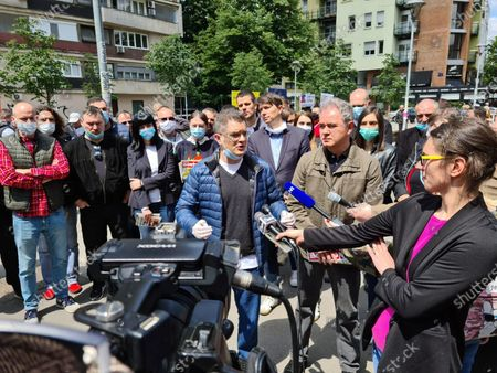 The presidents of the People's and Democratic Party, Vuk Jeremic and Zoran Lutovac, talked to the citizens about the reasons for the boycott of the upcoming elections at Kalenic market.