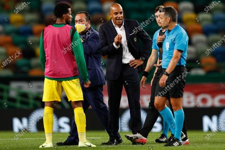 Pacos Ferreira  head coach Pepa (C) talks with the referee Rui Costa (R) during the Portuguese First League soccer match between Sporting Lisbon and Pacos de Ferreira at Alvalade Stadium in Lisbon, Portugal, 12 June 2020.