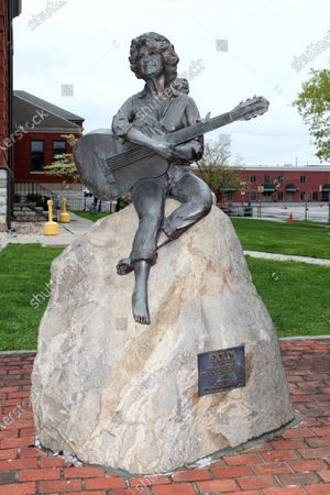 Statue of Dolly Parton located at the Sevier County Courthouse