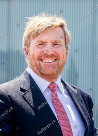 King Willem-Alexander during a working visit to Extraordinary Investigation Officers (BOAs) of the Enforcement team of the Municipality of Leiden and police officers with whom the BOAs work closely together.