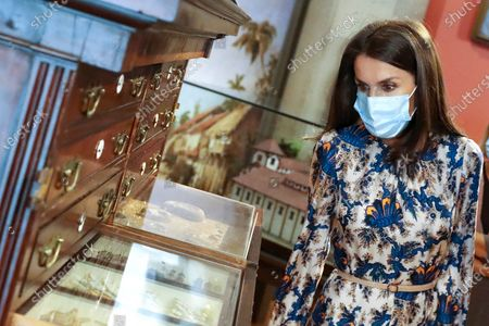 Queen Letizia begin the visit in the Royal Cabinet of Natural History created by Carlos III and ended in the laboratories of Molecular Systematics.