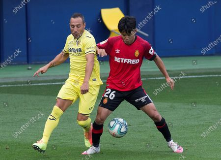 Villarreal CF's Santi Cazorla (L) in action against RCD Mallorca's Takefusa Kubo (R) during the Spanish LaLiga soccer match between Villarreal CF and RCD Mallorca at La Ceramica stadium in Villarreal, eastern Spain, 16 June 2020.
