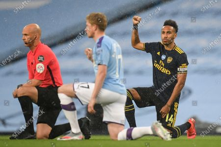 Kevin De Bruyne (C) of Manchester City and Pierre-Emerick Aubameyang (R) of Arsenal kneel down ahead of the English Premier League soccer match between Manchester City and Arsenal FC in Manchester, Britain, 17 June 2020.