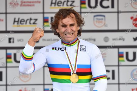 Italy's Alessandro Zanardi takes the Rainbow Jersey after the MH5 individual time trial.