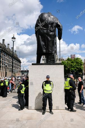 Black Lives Matter: Police officers surround the statue of Churchill. Protesters in Parliament Square