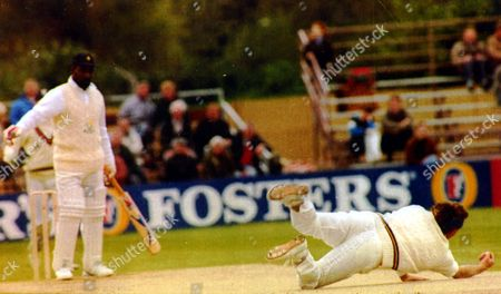 Sir Ian Botham (kb June 2007) - Cricketer - 1992 No Pal's Act: Sir Ian Botham (kb June 2007) Catches Viv Richards Off His Own Bowling At Durham. No-one In Durham Not Even Their Own Hard To Convince Bishop Can Doubt Now Taht Sir Ian Botham (kb June 2007) Is Ready To Devote Body And Soul To His New County. The Man Who Has Always Craved The Big Occasion And A Mass Audience Went Through His Entire Repertoire Yesterday For The Benefit Of 3 000 Cricket Fans Huddled Agianst A Biting Nor Easter. It Was Enough To Win Durham's First Man Of The Match Award But Not The Benson And Hedges Cup Tie Against Glamorgan. First Class Tickets Newst Recruits Were Denied Their Second Victory In Three Pioneering Days Because Chris Cowdrey That Other Less Illustrious Former England Captain Made A Dogged Occasionally Fortunate 78. Picture Desk ** Pkt5231 - 378278