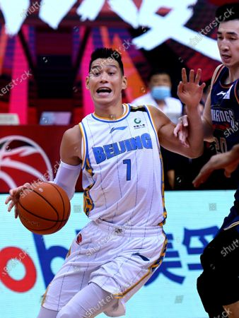 Jeremy Lin (L) of Beijing Ducks drives the ball during a match between Beijing Ducks and Nanjing Tongxi Monkey Kings at the newly resumed 2019-2020 Chinese Basketball Association (CBA) league in Qingdao, east China's Shandong Province, on June 23, 2020.