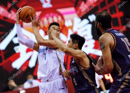 Jeremy Lin (L) of Beijing Ducks controls the ball during a match between Beijing Ducks and Nanjing Tongxi Monkey Kings at the newly resumed 2019-2020 Chinese Basketball Association (CBA) league in Qingdao, east China's Shandong Province, on June 23, 2020.