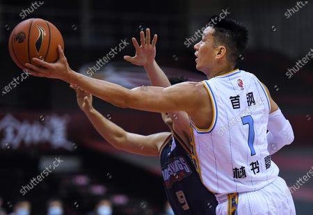 Jeremy Lin (R) of Beijing Ducks goes up for a basket during a match between Beijing Ducks and Nanjing Tongxi Monkey Kings at the newly resumed 2019-2020 Chinese Basketball Association (CBA) league in Qingdao, east China's Shandong Province, on June 23, 2020.