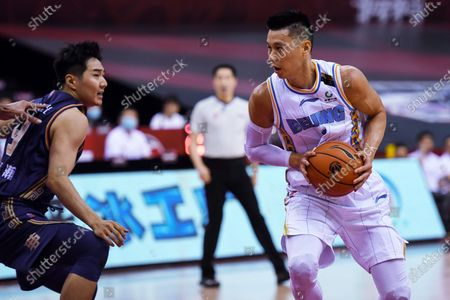 Jeremy Lin (R) of Beijing Ducks competes during a match between Beijing Ducks and Nanjing Tongxi Monkey Kings at the newly resumed 2019-2020 Chinese Basketball Association (CBA) league in Qingdao, east China's Shandong Province, on June 23, 2020.