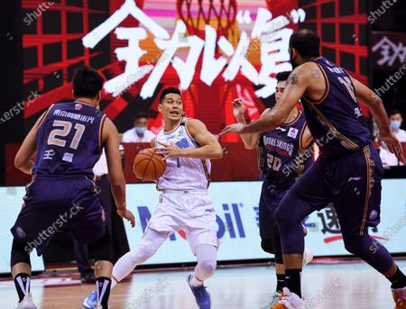 Jeremy Lin (2nd L) of Beijing Ducks drives the ball during a match between Beijing Ducks and Nanjing Tongxi Monkey Kings at the newly resumed 2019-2020 Chinese Basketball Association (CBA) league in Qingdao, east China's Shandong Province, on June 23, 2020.