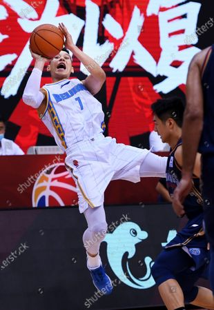Jeremy Lin (L) of Beijing Ducks jumps for a shoot during a match between Beijing Ducks and Nanjing Tongxi Monkey Kings at the newly resumed 2019-2020 Chinese Basketball Association (CBA) league in Qingdao, east China's Shandong Province, on June 23, 2020.
