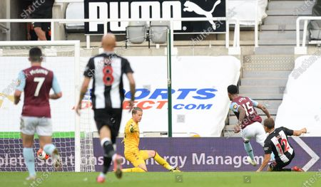 Dwight Gayle of Newcastle United scores their first goal