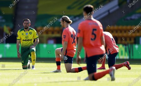 Josip Drmic (L) of Norwich takes a knee ahead of the English Premier League soccer match between Norwich City and Everton FC in Norwich, Britain, 24 June 2020.