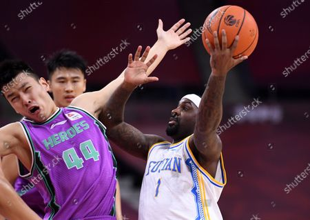 Ty Lawson (R) of Fujian Sturgeons goes up for a basket during a match between Fujian Sturgeons and Shandong Heroes at the newly resumed 2019-2020 Chinese Basketball Association (CBA) league in Dongguan, south China's Guangdong Province, June 25, 2020.