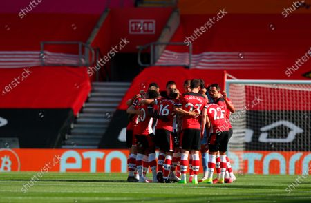 Southampton players gather before the English Premier League soccer match between Southampton FC and Arsenal FC in Southampton, Britain, 25 June 2020.