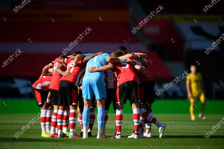 Southampton players huddle before the English Premier League soccere match between Southampton FC and Arsenal FC in Southampton, Britain, 25 June 2020.