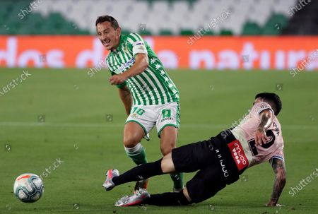 Betis' Jose Andres Guardado (L) in action against Espanyol's Gonzalo Avila 'Pipa' (R) during the Spanish La Liga soccer match between Real Betis and RCD Espanyol at Benito Villamarin stadium in Seville, southern Spain, 25 June 2020.