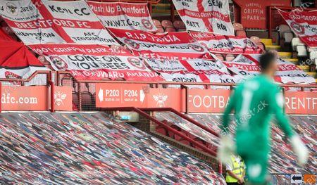Goalkeeper David Raya of Brentford  & supporters' flags