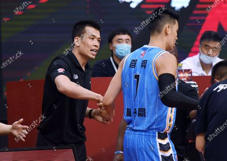 Xie Libin, head coach of Beijing Ducks, talks to his player Jeremy Lin prior to a match between Zhejiang Lions and Beijing Ducks at the newly resumed 2019-2020 Chinese Basketball Association (CBA) league in Qingdao, east China's Shandong Province, June 26, 2020.