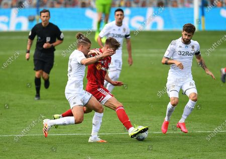 Kalvin Phillips of Leeds United and Tom Cairney of Fulham