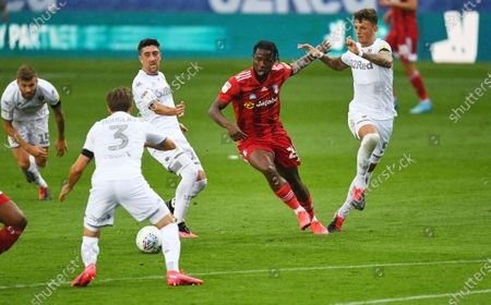 Josh Onomah of Fulham can't find a way through the Leeds United defence