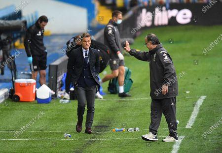 Marcelo Bielsa Manager of Leeds United acknowledges Fulham Manager Scott Parker at full time