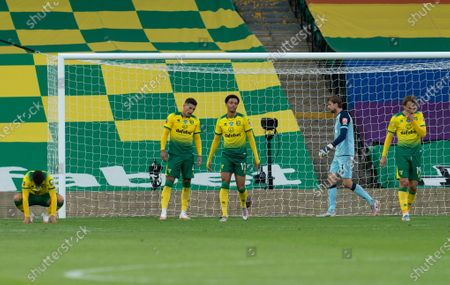 Norwich City players look dejkected after the goal by Harry Maguire of Manchester United, 1-2