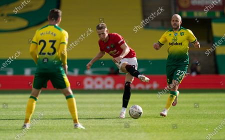 Scott McTominay of Manchester United and Teemu Pukki of Norwich City