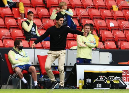 Arsenal manager Mikel Arteta issues instructions