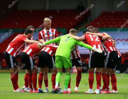 Sheffield United players huddle together ahead of the game