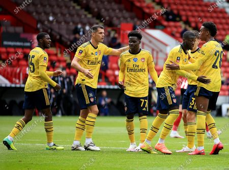 Nicolas Pepe of Arsenal celebrates scoring a goal from the penalty spot to make it 0-1 with his team-mates