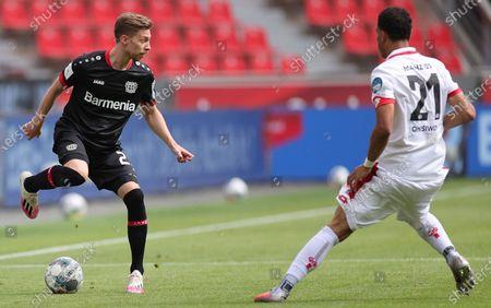 Leverkusen's Mitchell Weiser (L) and Karim Onisiwo (R) of Mainz in action during the German Bundesliga soccer match between Bayer 04 Leverkusen and FSV Mainz 05 in Leverkusen, Germany, 27 June 2020.
