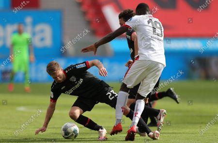 Leverkusen's Mitchell Weiser (L) in action during the German Bundesliga soccer match between Bayer 04 Leverkusen and FSV Mainz 05 in Leverkusen, Germany, 27 June 2020.
