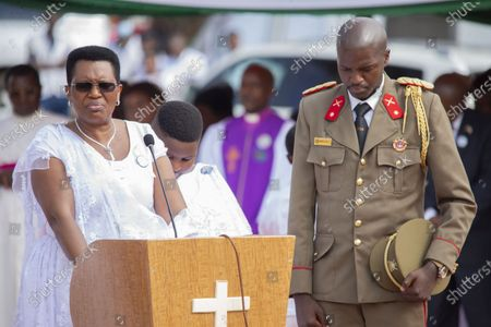 Denise Nkurunziza (L), wife of late Burundian President Pierre Nkurunziza, prays for her husband during his funeral in Gitega, Burundi, June 26, 2020. Late Burundian President Pierre Nkurunziza, who died in office of heart attack on June 8, was laid to rest on Friday at a state funeral in political capital Gitega, central Burundi.