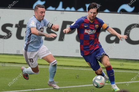 Barcelona's Lionel Messi, right, fights for the ball with Celta Vigo's Iago Aspas during a Spanish La Liga soccer match between RC Celta and Barcelona at the Balaidos stadium in Vigo, Spain