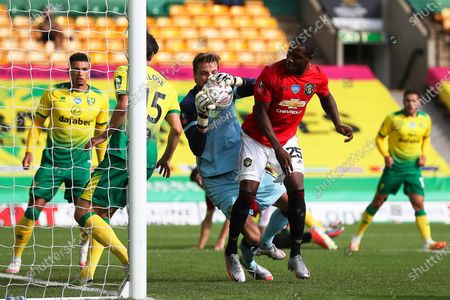 Odion Ighalo (2-R) of Manchester United in action against Norwich goalkeeper Tim Krul (C) during the English FA Cup quarter final soccer match between Norwich City and Manchester United in Norwich, Britain, 27 June 2020.
