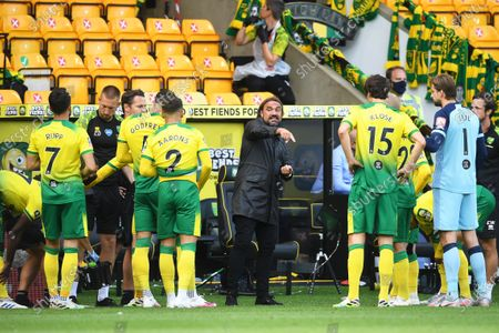Norwich City's manager Daniel Farke (C) gives instructions to his players during the English FA Cup quarter final soccer match between Norwich City and Manchester United in Norwich, Britain, 27 June 2020.