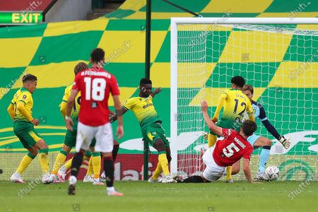 Harry Maguire (bottom R) of Manchester United scores the 2-1 lead during the English FA Cup quarter final soccer match between Norwich City and Manchester United in Norwich, Britain, 27 June 2020.