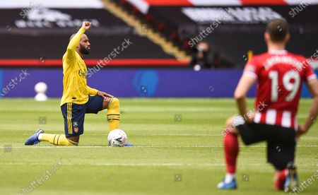 Arsenal's Alexandre Lacazette (L) takes a knee to support the Black Lives Matters movement ahead of the English FA Cup quarter final match between Sheffield United and Arsenal London in Sheffield, Britain, 28 June 2020.