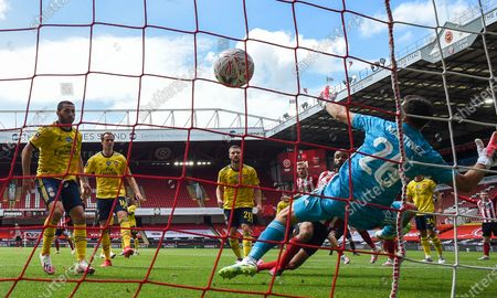 David McGoldrick (back) of Sheffield scores the 1-1 equalizer against Arsenal's goalkeeper Emiliano Martinez (front) during the English FA Cup quarter final soccer match between Sheffield United and Arsenal FC in Sheffield, Britain, 28 June 2020.